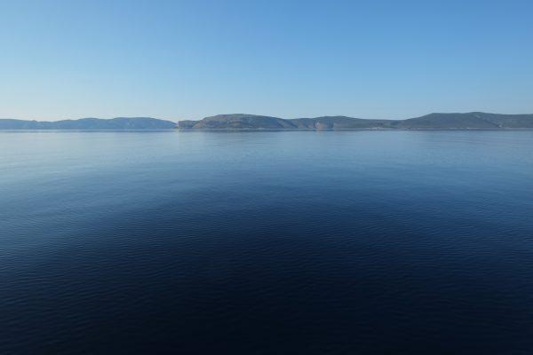 La roche semble être posée sur l'eau, la Grèce impassible mais la colère de Poséidon n'est jamais loin.