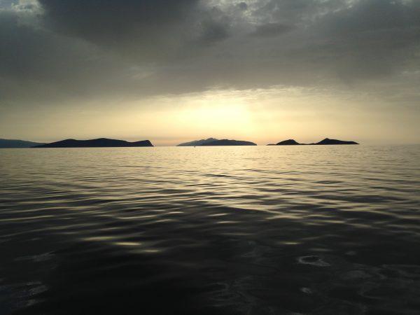 Le lever du soleil sur la mer Egée à 6 heures du matin