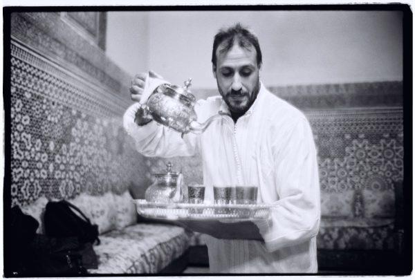 Le service du thé à la menthe dans un palais de Fès