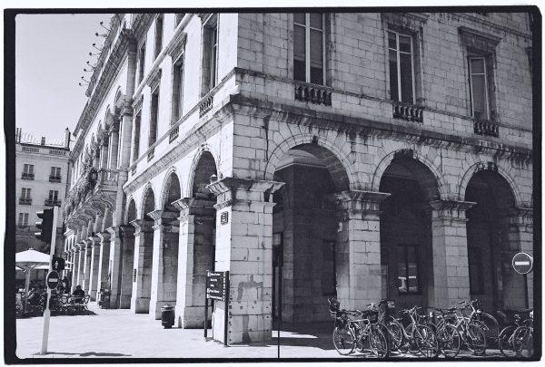 Les arcades de l'hôtel de ville de Bayonne