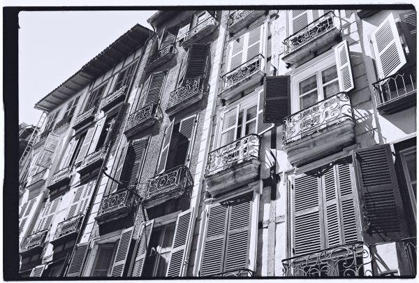 Les façades des ruelles de la ville de Bayonne