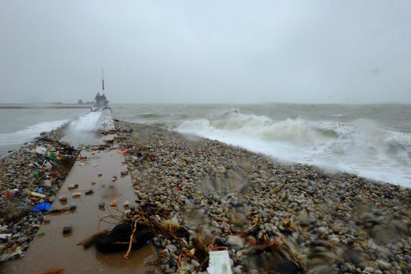 Les vagues à l'attaque de la jetée du port de plaisance du Havre un jour de tempête