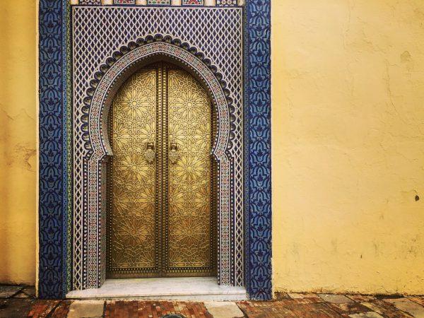 L'une de portes du palais impérial de Fès