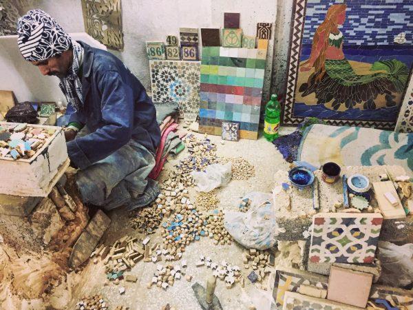 Mosaiques et faiences. Le délicat travail d'un potier à Fès