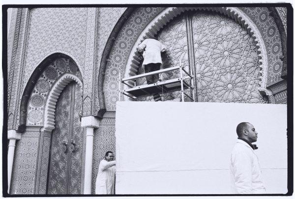 Réfections de l'une des portes du palais impérial de Fès au Maroc
