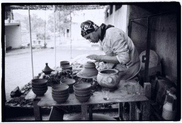 Travail très appliqué à la poterie de Fès