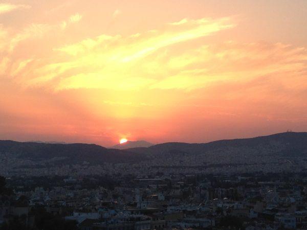 Un magnifique coucher de soleil sur la ville d'Athènes