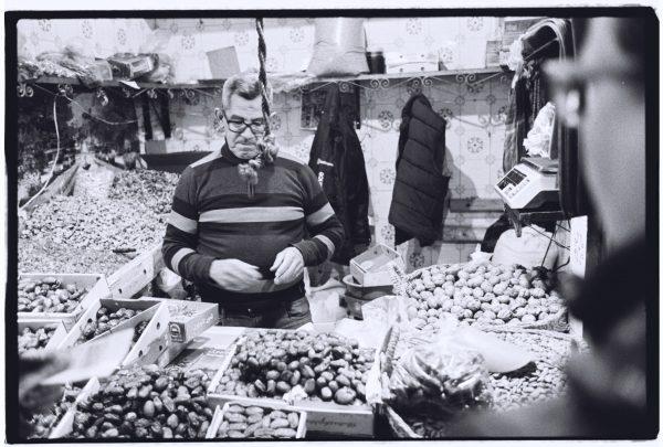 Un vendeur de fruits secs et de noix dans la Médina de Fès