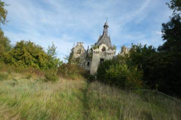 Au fond d'un jardin abandonné gît un monument exceptionnel, le château de la Mothe Chandeniers