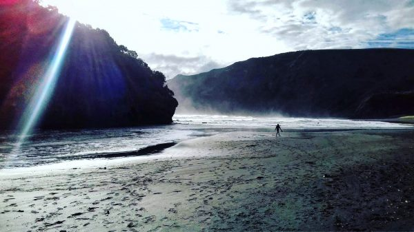 Une plage de sable noir, dans l'un des plus beaux pays du monde
