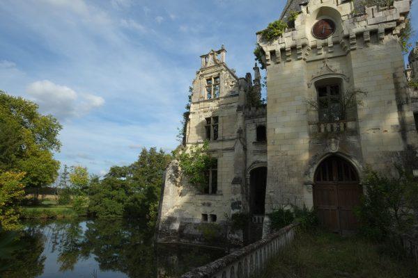 L'aile droite du château abandonné de la Mothe Chandeniers