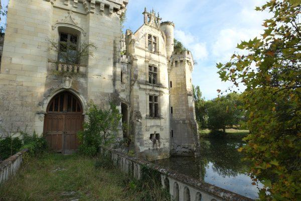 Le château abandonné de la Mothe Chandeniers semble flotter sur l'eau