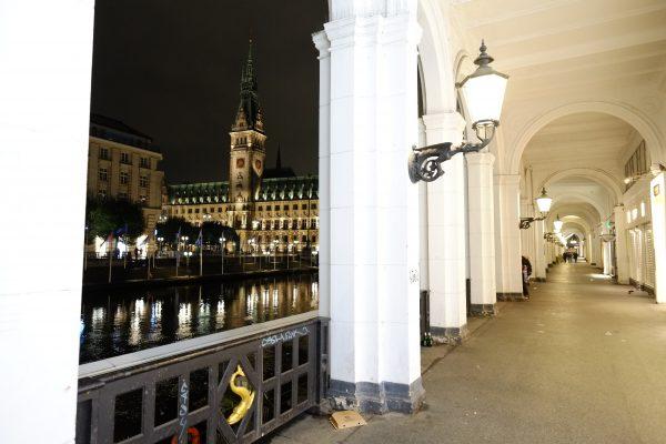 Les arcades le long de l'Alterfleet et l'hôtel de ville de Hambourg