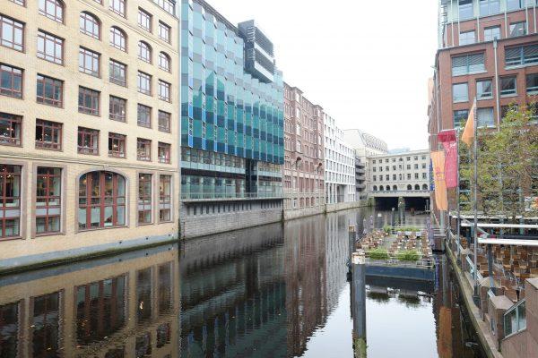 Les jolis et paisibles canaux de Hambourg