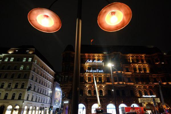 Prise de vue nocturne sur la Jungfernstieg à Hambourg