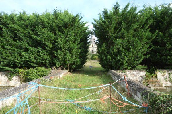 Quelques fils de pâturages pour interdire l'accès au château de la Mothe Chandeniers