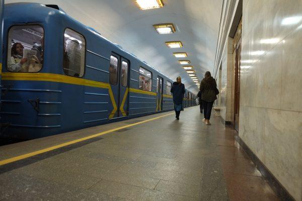 Sur le quai de la station de métro la plus profonde du monde à Kiev