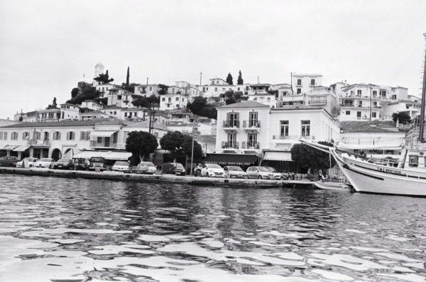 Sur les bords du Péloponnèse à Poros en Grèce