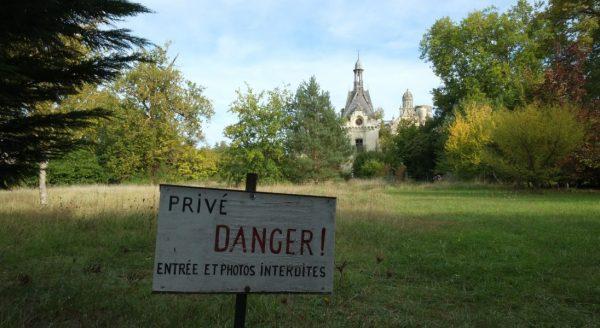 Un écriteau prévient les visiteurs d'une interdiction formelle et des risques