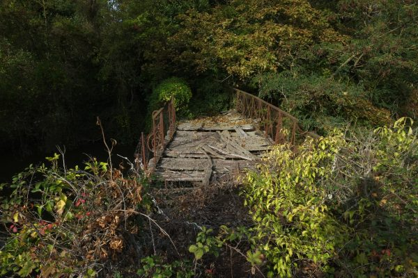 Une passerelle métallique au bord de l'effondrement permettait de rejoindre les jardins du château