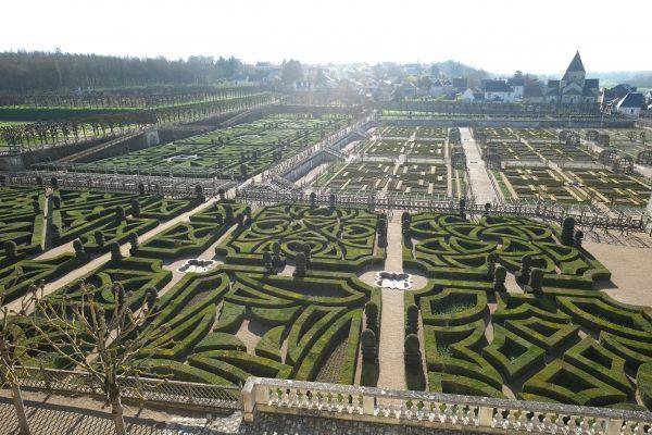 Vue sur les jardins du château et la ville de Villandry, Val de Loire