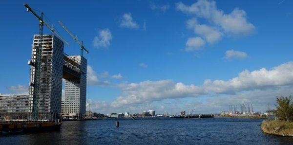 Dans les lointains le port de commerce d'Amsterdam