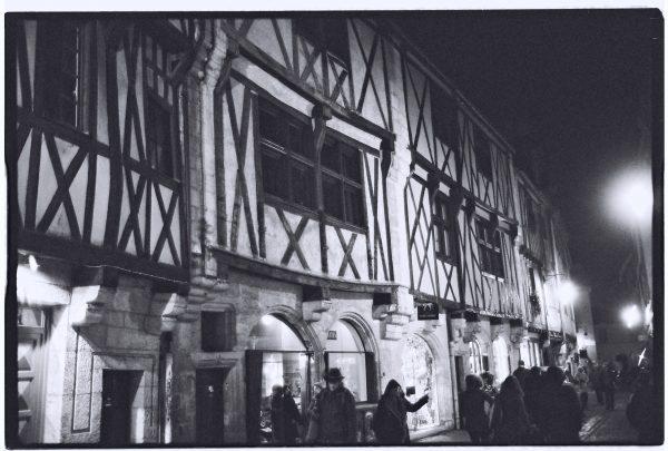 Des maisons à colombages à Dijon la nuit