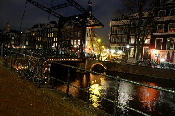 Escale à Amsterdam la nuit