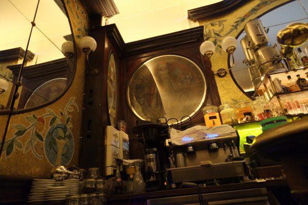 Fin de soirée dans l'un des plus vieux bars de Paris