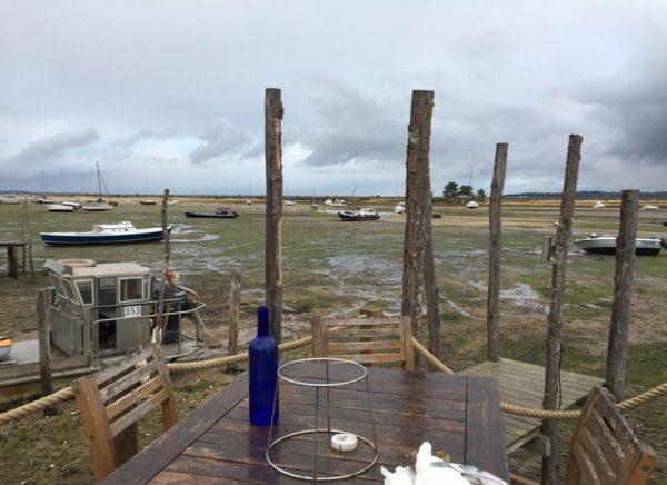 Il pleut un peu mais déguster des huîtres seul face au Mimbeau cela n'a pas de prix