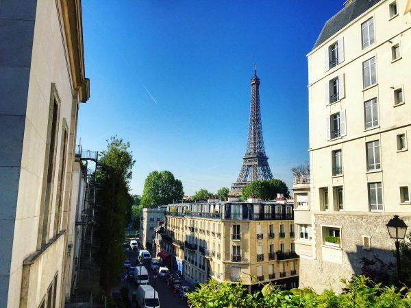 La Tour Eiffel apparaît au détours d'une rue à Paris