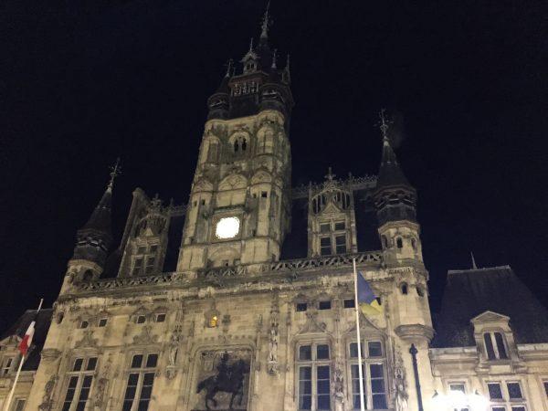 La belle mairie de Compiègne pendant la nuit
