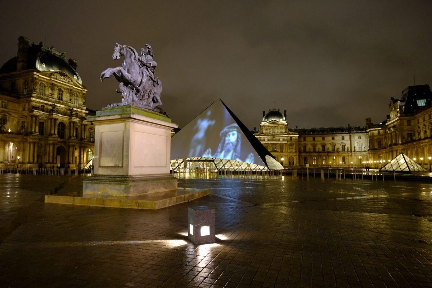 La pyramide du Louvre la nuit à Paris
