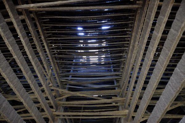 La tour de refroidissement de Charleroi vue d'en bas