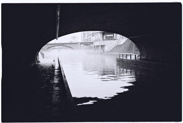 Le canal de l'Ourcq dans la brume à Paris