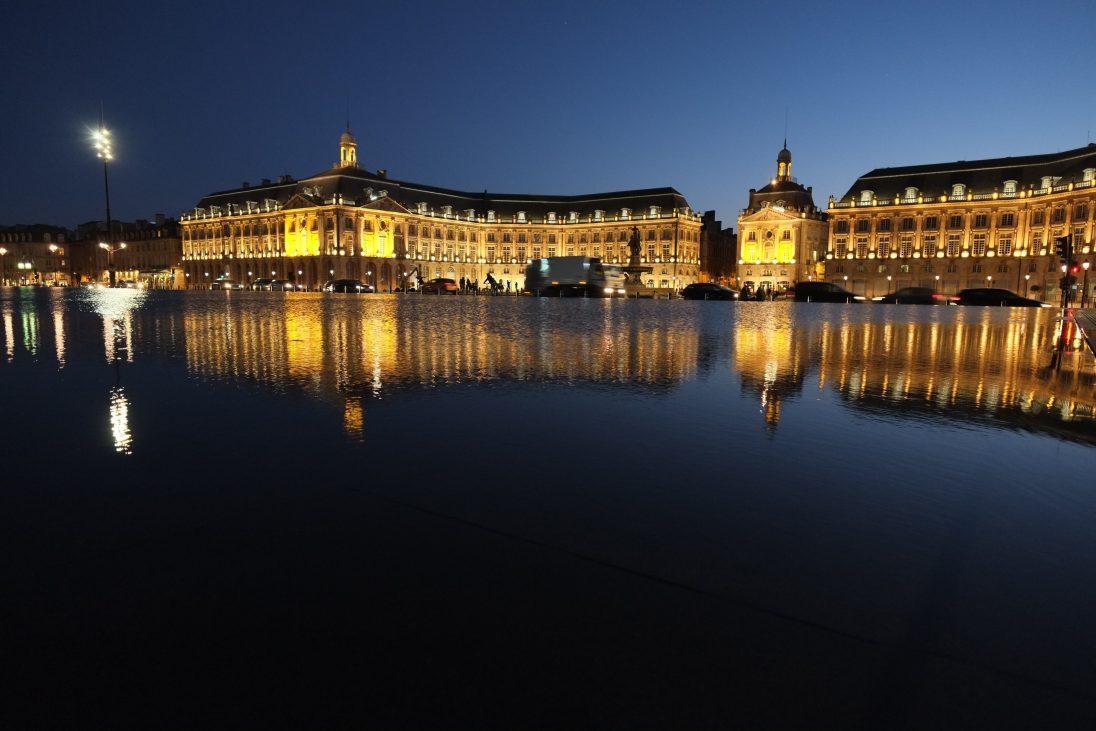 Le miroir d'eau à Bordeaux, place de la Bourse