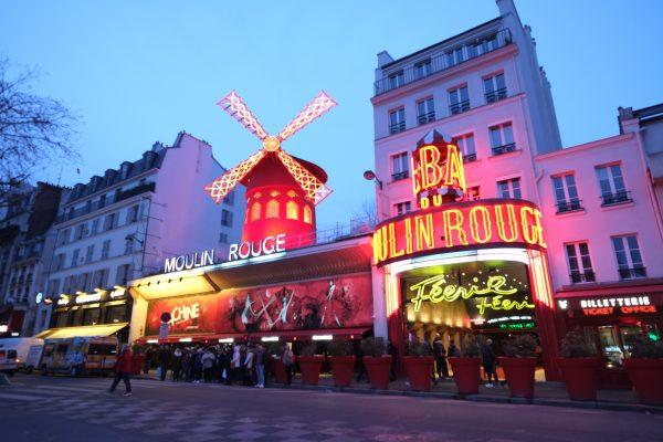 Paris et le moulin rouge au crépuscule