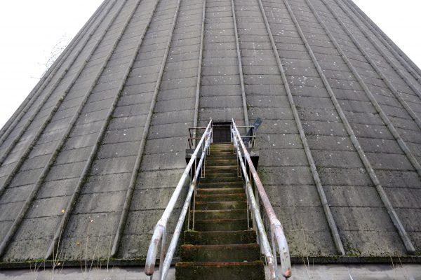 Le petit escalier métallique qui mène à l'intérieur de la tour de refroidissement de Monceau sur Sambre