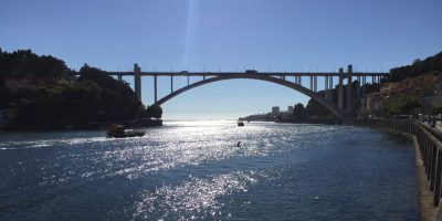 Le pont arrabida enjambant le Douro entre Porto et Vila Nova de Gaia