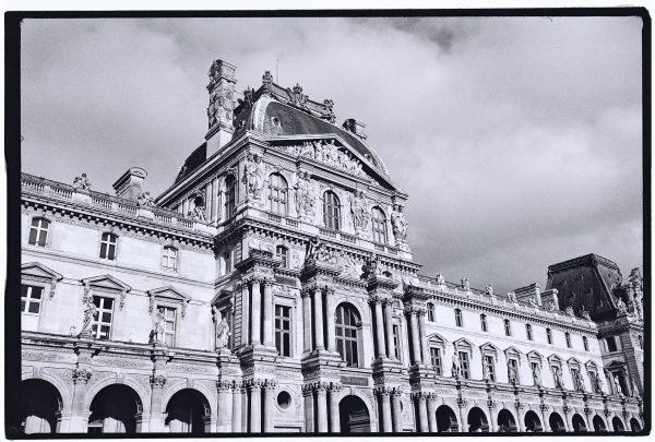 Le splendide Palais du Louvre à Paris, l'une des plus belles villes du monde