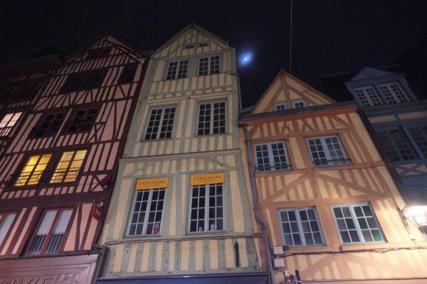 Les maisons à colombages de Rouen pendant la nuit