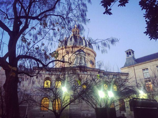 Paris au crépuscule sous les fenêtres du collège de France