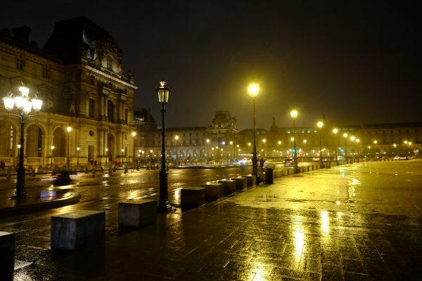Paris pendant la nuit et sous la pluie