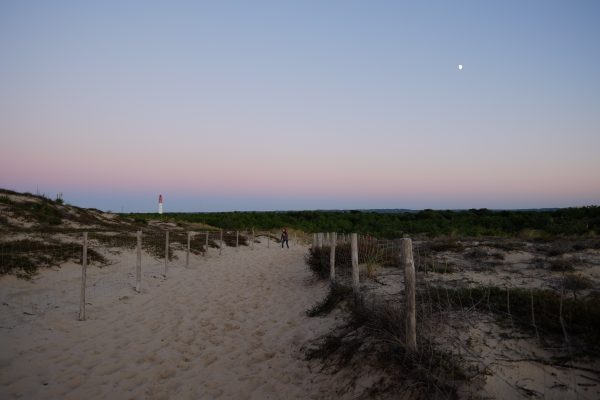 Retour de la plage au crépuscule. L'une des choses à faire au Cap Ferret.