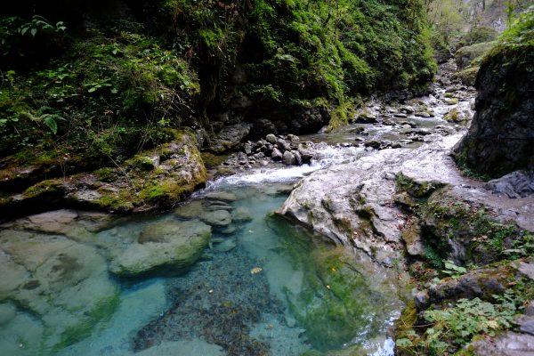 Une eau bleue turquoise tapisse le fond des gorges de Kakuetta