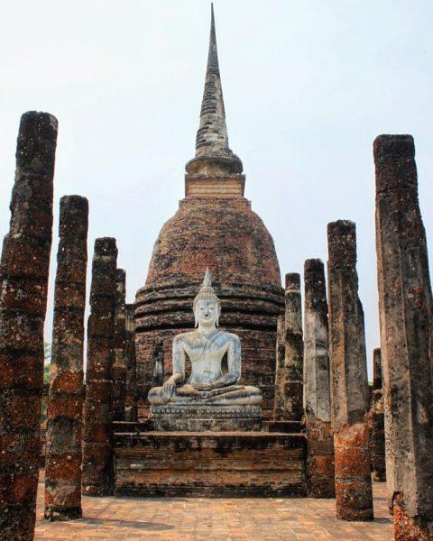 Une statue de Boudha à Wat Wahathat, sur le site de Sukhothai en Thailande