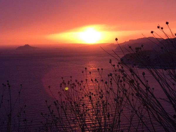 Coucher de soleil sur les calanques de Cassis depuis la route des crêtes, un endroit splendide