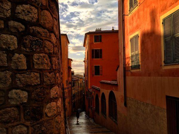 Derniers rayons de soleil sur les façades ocres du vieux Nice