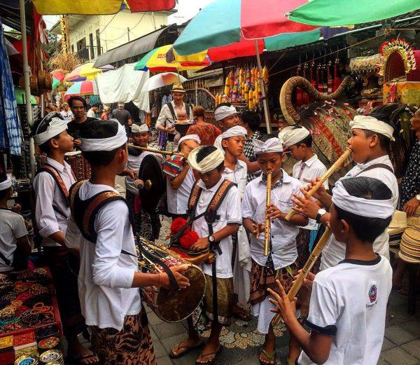 Des enfants jouant de la musique traditionnelle pendant une fête balinaise