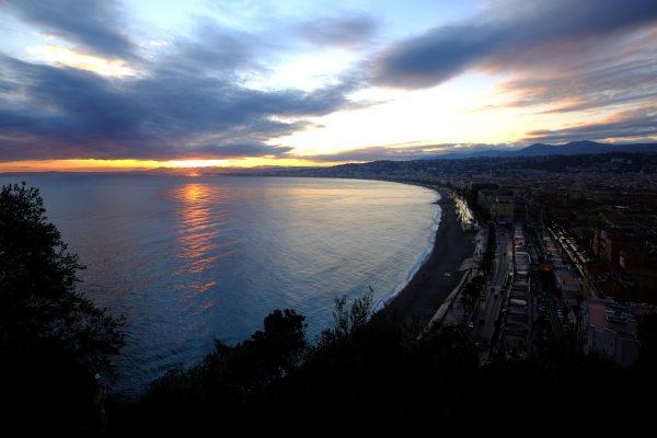 La baie des Anges au bord de la nuit lors d'une escale à Nice
